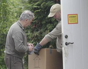Veterinär Kalle Hammarberg och Krister Karlsson från Järvzoo tog hand om fåglarna.