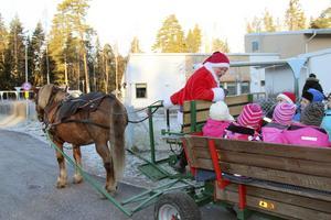 Hästen Berta och Jultomten på besök på Lindbacka förskola.