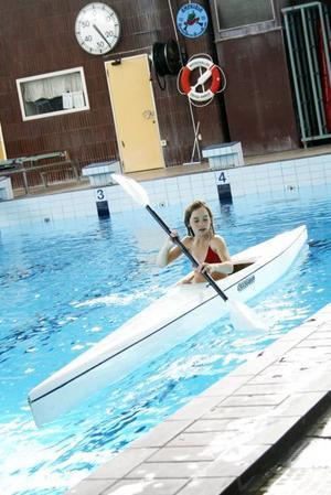 Jennie Börjesson Eriksson som går i femman på Solberga skola i Torsåker fick prova på kanotpaddling under gårdagens idrottsdag. Eleverna fick sammanlagt prova på elva olika idrotter som Hofors föreningar introducerade.