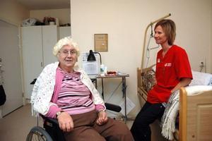 MARKNAD. Elvie Gustavsson, 83 år, som bor på Hällbacka servicehus är nöjd med hur ofta hon kommer ut. I vår ska hon och vårdbiträdet Carina Hadin precis som vanligt gå på Tierps marknad.