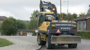 Gammal asfalt tas bort på Axel Fornanders väg så att den nya gång, och cykelbanan kan växa fram.