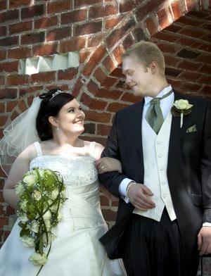Josephine Nimell och Andreas Wernersson har blivit äkta makar och Andreas har antagit namnet Nimell.