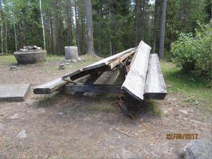 Bänkar och bord uppe på Landsberget har slagits sönder.