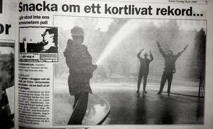 Brandmannen Ola Lindgren kyler ner kollegorna Stefan Andersson och Dan Bergh, som i full mundering får sig en dusch.