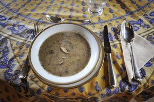 Soppa är en klassisk belgisk förrätt. Den här champinjonsoppan smakar bättre än vad den ser ut.