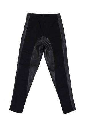 Svarta tights med skinndetaljer från Cheap Monday, 600 kronor.Höga blå jeans från Topshop, 699 kronor.