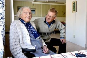 108-åriga Märta Mattsson och familjeläkaren Björn Johnsson vid Hälsocentralen Stöde, som är bäst i länet på att ge en låg andel olämpliga sömnmedel till äldre över 75 år.