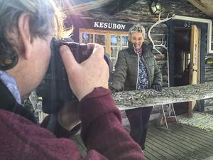 Anita Ekman poserar farmför Olof Sjödin´s kamera vid Kesubons lilla servering .
