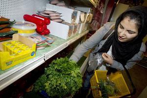 Sevda Darvishir köper persilja som är en viktig ingrediens till helgens firande.