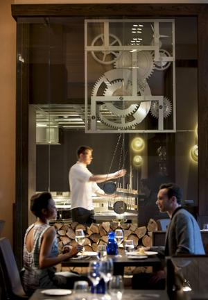 Bildtext 7: På Dinner by Heston ser man kockarna laga mat.    Foto: The Mandarian Oriental London