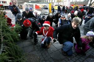 Rillen ledde dansen kring granen på Stortorget i Gävle när julen dansades ut av både stora och små.Foto: Leif Jäderberg