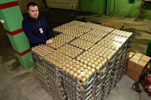 Det stora beslaget på 1 700 liter öl och 300 liter vin  ligger kvar hos Stjördalspolisen och utredningen om var ölburkarna kommer ifrån fortsätter .  Foto: Foto: LEIF ARNE HOLME