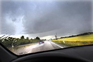 Det är en myt att bilen ger bättre skydd mot ett åskoväder än att stanna kvar inne i en byggnad, enligt Cooray.