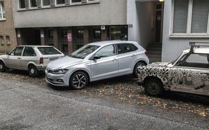 Tysk bilhistoria. Till vänster en Polo från tidigt 80-tal och till höger den klassiska Trabant som numera har kultstämpel. Nya Polo lanseras med en helt ny gasmotor.