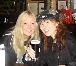 FIRAR 18-ÅRSDAGEN I DUBLIN, IRLAND. Ida Thor och Hanna Sohlborg på Temple Bar i Dublin.