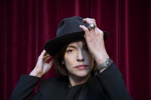 Skådespelaren författaren och konstnären Amanda Ooms är aktuell med ny konstutställning.
