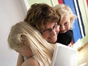 Rektorn Ulla Borg-Bengtsson får en kram av Alice Westermark och Mira Norin. Fridhems förskola har tre avdelningar med totalt 50 barn.