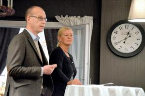 Information. Åke Kihlberg och Ulrika Carlén Barrette från Capio Vårdcentral informerar företagare i Lekeberg.