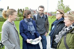 Kollade platser. Första dialogmötet är tänkt nu på lördag 23 maj och i måndags var Frida Nilsson, Anna Uhlin Landh, Arne Tschentscher Kicki Hendahl och projektledare  Linnéa Hedkvist och tittade på några tänkbara platser för lekplatsen.