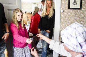 Troja Hånell, 8 år, får känna på den mjuka, nykardade ullen.