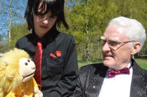 Ung talang. Buktalaren Niclas Karlsson lät sin docka Jenny tala med trollkarlen Hans Axelsson, men givetvis genom Niclas röst.