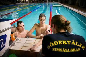 Sporrar varandra. Erik Brandt och Björn Seeliger får inspiration av att träna tillsammans. Här samtalar de med tränaren Christian Johansson.