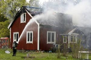 Villan var övertänd när räddningstjänsten nådde fram vid tolvtiden i går.  Foto: Annakarin björnström