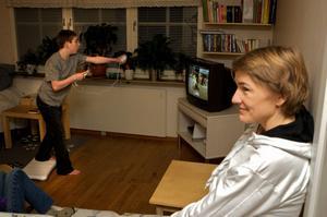 Träning på vardagsrumsgolvet. För Jonathan Fjellström, 15, är det interaktiva tv-spelet Nintendo Wii inte bara ett roligt fritidsintresse, utan ger dessutom möjlighet till träning i rätt tempo. Hans mamma Ann-Cheri Fjellström ser massor med fördelar.
