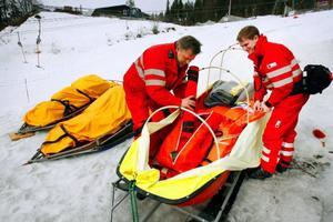 Janne Jonsson och Jörgen Nilsson gör ordning räddningspulkan. Den kommer att behövas under påsken. Olyckorna i Bydalen har minskat de senaste åren. Nu sker i snitt 1,6 olyckor per dygn. Men påsken förstör statistiken.