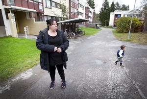 Anna Westlund och yngste sonen Jacob utanför porten på Moränvägen där hennes lägenhet finns och som hon inte har bott i på sex veckor.