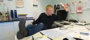En dag på jobbet. Peter Settman bakom skrivbordet på Baluba.