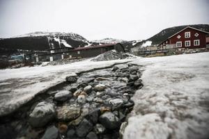 Flera bäckar har redan öppnat sina flöden i Åresjön denna rekordvarma vårvinter.
