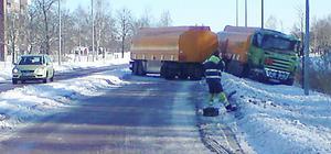 Tankbilen blockerade vägen.