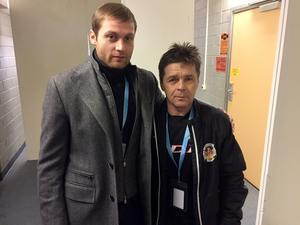 Evgenij Epifanov tillsammans med 59-årige Sergej Bitko, självklart den äldste spelaren under bandy-VM i Sandviken.