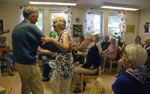 Stämningen är generös och varm. Alla sjunger med eller dansar till musiken. Foto: Katarina Cham/DT