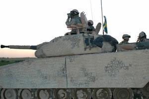 Ett stridsfordon 90 på platsen för eldstriden där svenska och finska soldater utsattes för ett eldöverfall i Balkh 23 juli.