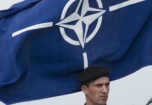 Natos symbol och flagga.