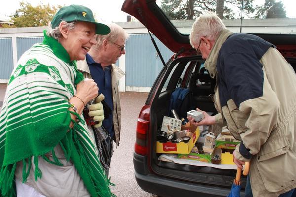 Glatt. Ingvor Strandberg, Åke Thorsell och Gunnar Andersson trivs på Horndals marknad. Här prutas det med ett skratt på läpparna.
