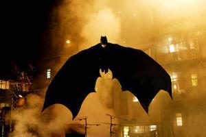 Bruce Wayne blir Batman för att bekämpa kriminalitet och korruption.