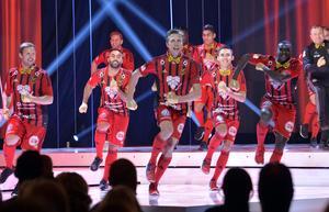 ÖFK-spelarna under dansnumret som inledde Fotbollsgalan under måndagen. Ken Sema, längst till höger av spelarna, blev senare igenkänd av Zlatan Ibrahimovic efter uppträdandet.