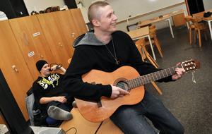 MUSIKRUMMET. Joel Persson spelar på gitarren och kompisen Daniel Wiberg tar ton i mikrofon.