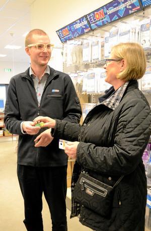 Lampa till ugnen. Fredrik Larsson på Elon i Lindesberg fick inte sälja någon julklapp till Ulrika Karner men väl en lampa. Julklapparna hade hon hunnit klart med.