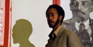 """Aaron Arefe som läkaren Anberber i etiopiska """"Teza"""", en film som skulle ha varit mycket större om den var mycket mindre. Foto: Folkets bio"""