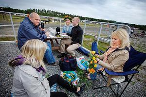 Lotta Thisell Bergqvist, Gnarp, binder en krans i väntan på första loppet på Hagmyren.