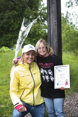 Caroline Näslund med ett leende, en blomsterkvast och diplomet som visar att hon är Årets tjej inom svensk handikappidrott. Prisutdelare var världscupmästarinnan Anna Holmlund.