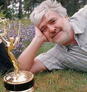 Bo Persson drömmer om en Oscar. På söndag kväll får han chansen då han är nominerad i kategorin bästa ljud. Här ses han bredvid en av bror Tommys Emmy-statyetter.