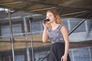 Ljusnetjejen Evelina Jonsson sjöng låtar innan Berghagen.