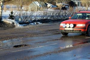 Stora hål i vägbanan överraskade bilisterna på Södra vägen i Bergsjö.