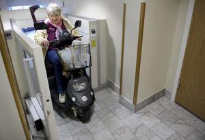 Hissen in till Stora scenen i Kulturkvarteret går bra att åka upp i för Lillemor Forslund, men inte att ta sig in i på nervägen.