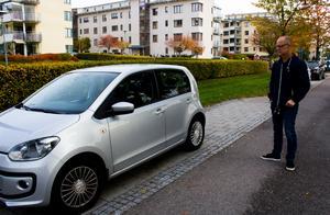 I samband med flytten bytte familjen även en stor BMW mot en liten Volkswagen Up. Det har blivit ytterligare ett sätt att spara in på de stora utgifterna. Johanna och Oliver cyklar vanligtvis till sina arbeten i centrala Västerås.